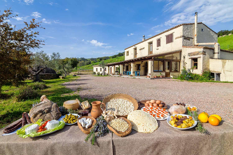 Tavola imbandita di prodotti tipici dell'Agriturismo Cirra
